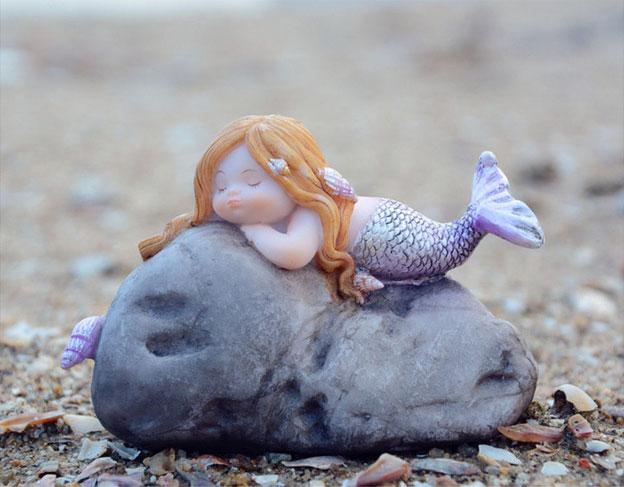 黄色い髪の毛の人魚置物人形、海岸の石に寝そべっている人魚の妖精、マーメイドフェアリーオブジェecqdmermaid005