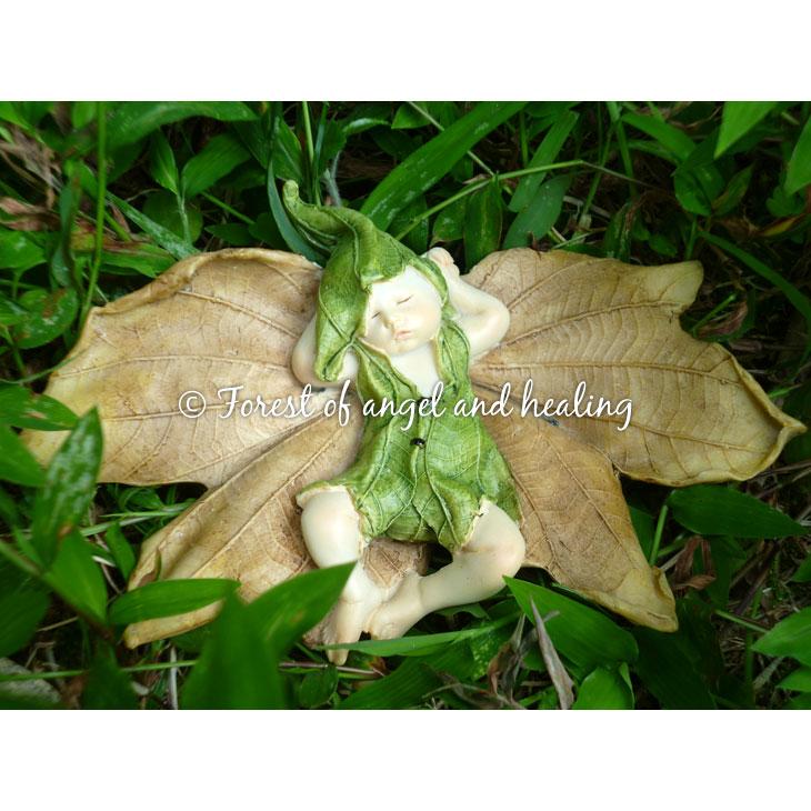 妖精の人形置物、枯葉の上ですやすやお昼ねする葉っぱの妖精雑貨小物、フェアリーオブジェ001