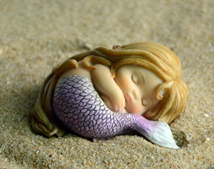 黄色の髪の毛の人魚置物、丸く包まって眠っている人魚の妖精、マーメイドフェアリーオブジェhhdmermaid002